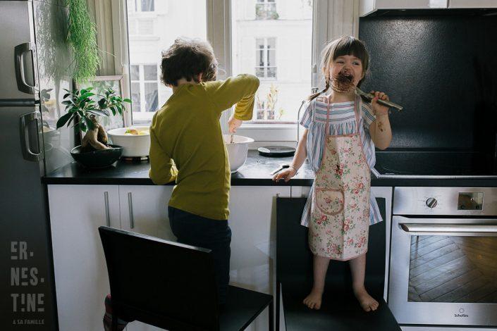 reportage photo de famille Ernestine et sa famille - Documentaire photo de famille à Paris- Life Is Art - Day In The Life Session in Paris