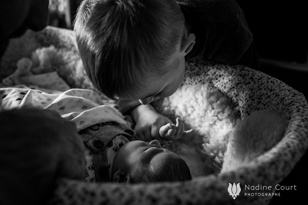 Reportage documentaire de famille à Lyon - premiers jours de bébé à la maison - Nadine Court Photographe
