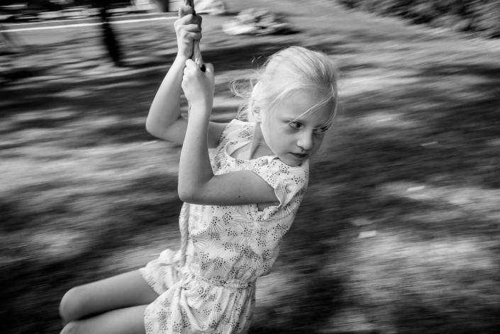 jeune fille sur une tirolienne
